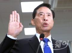 """송영무 """"핵추진 잠수함 도입 검토할 준비 돼 있다"""""""