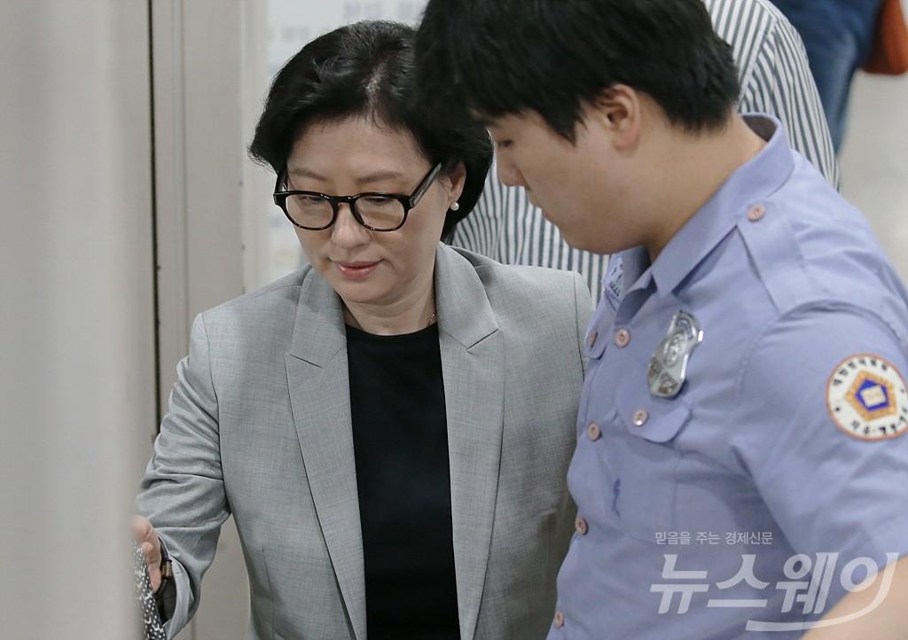 [NW포토]롯데그룹 경영비리 속행공판에 출석하는 서미경