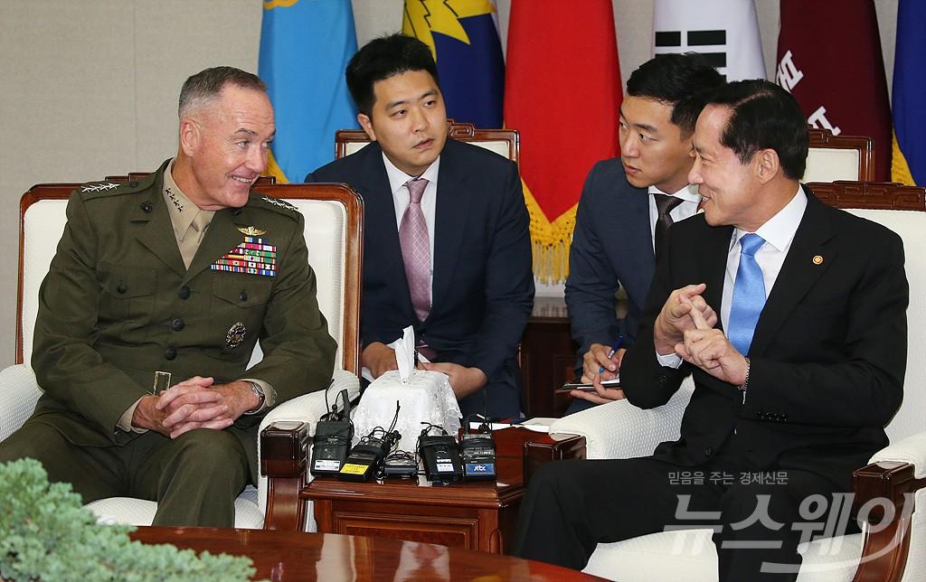 [NW포토]송영무 국방부 장관, 던퍼드 미 합참의장 접견