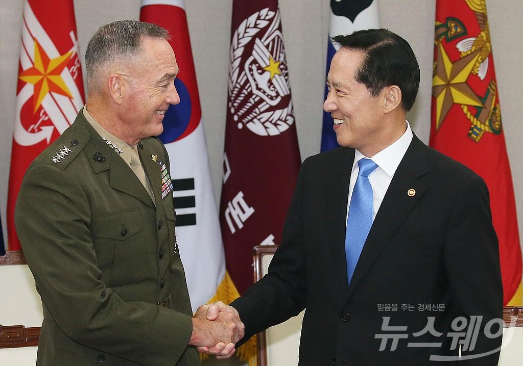 [NW포토]악수 나누는 국방부 장관-美 합참의장