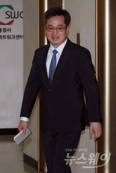 """김동연 """"시장 변동 예측 가능한 범위···시장 상황 안정적이다"""""""