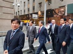 """""""길 막히니 걸어갑시다""""…뉴욕 '교통체증'에 도보 이동한 文대통령"""