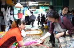 김정숙 여사, 인천종합어시장 방문…추석 차례음식 구입