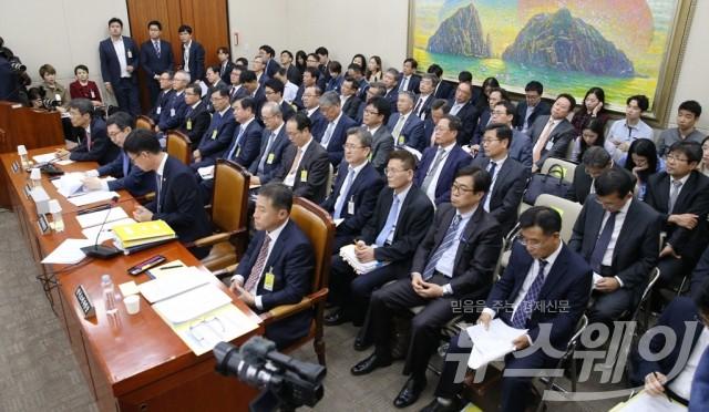 증인들과 관계자로 가득찬 공정거래위원회 국감현장