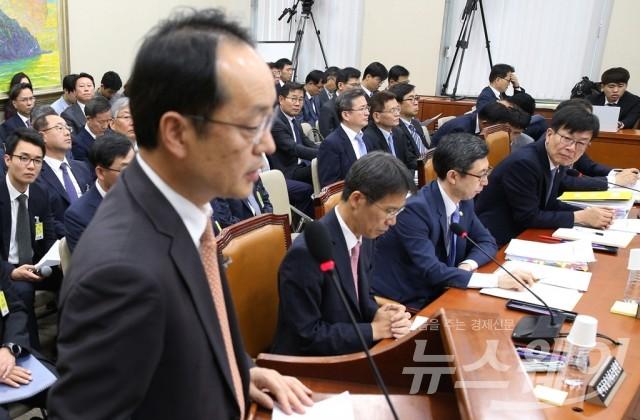 강신웅 티브로드 대표 처다보는 김상조 위원장
