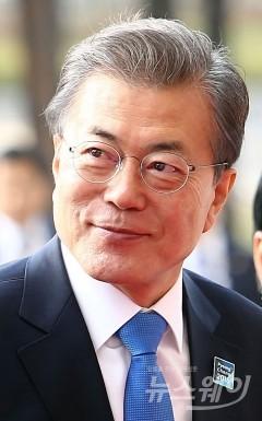 """문재인 대통령 """"북한의 평창올림픽 참가? 비관도 낙관도 하지 않아"""""""