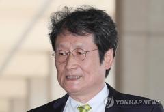 '문성근 합성사진 제작' 국정원 직원, 피해자들에게 사죄