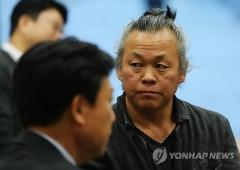 """김기덕 감독 성폭행 추가 폭로…""""여성 스테프도 성폭행"""""""