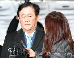 최경환, 영장심사 출석…국정원 뇌물 수수 의혹 공방