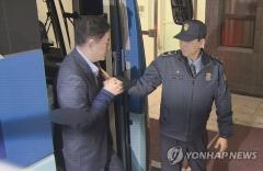 '국정원 뇌물수수' 최경환, 구속 후 첫 검찰 조사