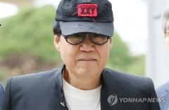 가수 조영남, 또 다른 '그림 대작' 혐의로 재판