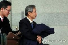 'DJ 뒷조사 협조' 이현동 전 국세청장, 피의자 신분 검찰 출석