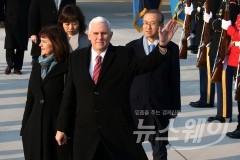 전용기 탄 펜스 美부통령, 돌연 일정 취소후 백악관行