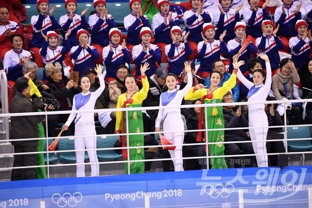 아이스하키 남북단일팀, '일본과의 경기에 응원하는 北 응원단'