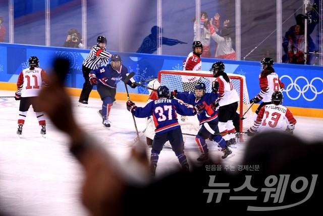 남북 아이스하키 단일팀, '일본 상대로 첫 득점'
