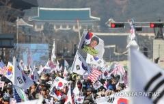박근혜 전 대통령, 감옥에서 68번째 생일…구치소 앞 3천명 집결
