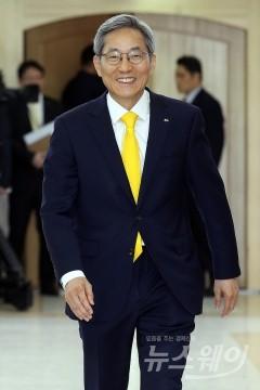 윤종규 KB금융 회장, 작년 보수 17억원