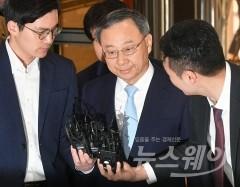 황창규 KT 회장, 사전 구속영장…취임 후 최대 위기