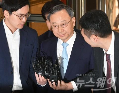 황창규 KT 회장, 사전 구속영장···취임 후 최대 위기