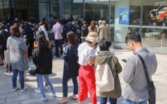 文대통령 1주년 기념품 판매 '삐걱'… 검수 과정서 '문제 발생'