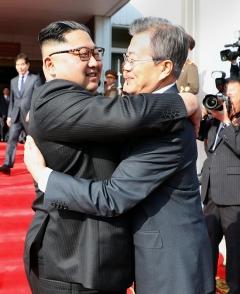 다시 포옹한 文대통령·金위원장