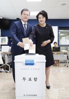 文대통령 내외, 청와대 인근 투표소에서 사전투표