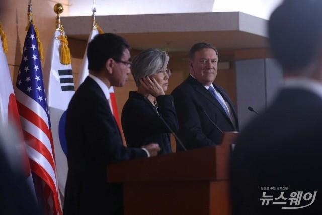 공동기자회견 참석한 강경화-폼페이오-고노