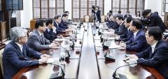 NSC 소집한 文대통령, '韓美훈련 중단' 검토 언급
