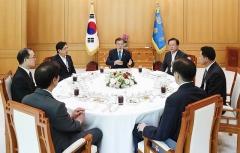 文대통령, 박상기·김부겸·문무일·이철성과의 오찬서 '검경 수사권' 언급