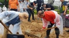 홍준표 '채무제로' 표지석, 시민들에 의해 땅에 묻혀