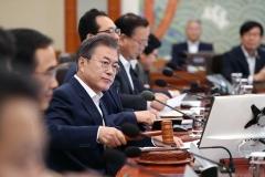 文 대통령 국정지지율 6주 연속 하락 61.1% … 최저치 근접