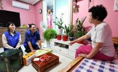 조현준 회장, 마포구 취약계층 이웃 방문…500세대에 '사랑의 쌀' 전달