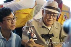 이산가족, 금강산 도착…2년 10개월 만에 남·북 가족 상봉