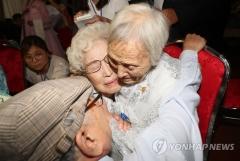남·북 이산가족 상봉… 첫 만남 종료, 오후 7시부터 '환영 만찬'