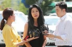 """김부선, 경찰조사 30분만에 진술거부…""""변호사와 다시 올 것""""(종합)"""