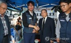 """최종식 쌍용차 사장, 해고 희생자 분양소 방문…""""복직 논의 재개"""""""