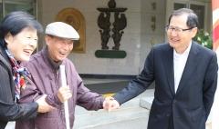 박찬구 회장, 11년 째 시각장애인용 흰지팡이 지원