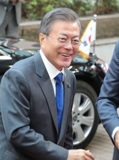 문 대통령, ASEAN·APEC 정상외교 참석 13일 출국