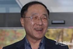 """홍남기가 본 책에 담긴 경제철학···""""변화와 혁신"""""""