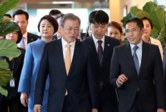 문 대통령, 싱가포르 도착…14일 푸틴과 네 번째 정상회담