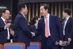 긴급 의총 참석한 김성태 원내대표