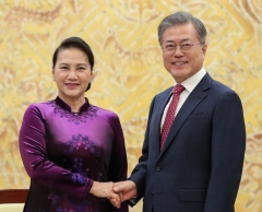 문 대통령, 베트남 국회의장 접견…신남방정책 논의