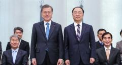 문 대통령, 홍남기 신임 경제부총리 임명장 수여…2기 경제팀 '팀워크' 주문