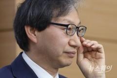 안경 고쳐쓰는 김성주 국민연금관리공단 이사장