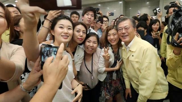 [官心집중]여성공무원들은 왜 문재인 대통령에 환호할까?
