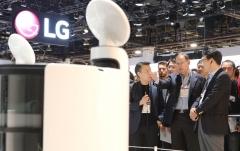 LG 로봇 '클로이' 살펴보는 조성진 부회장