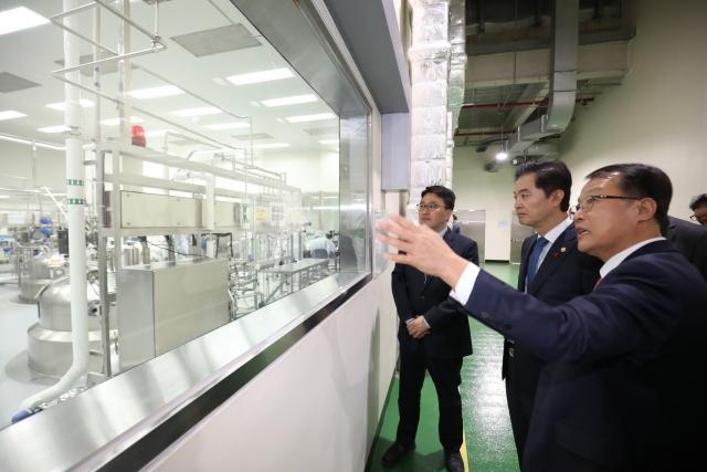 류영진 식약처장 셀트리온 방문…바이오산업 현장 의견 청취