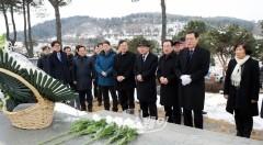 이용섭 광주광역시장, 시립묘지 등 헌화 분양