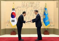 문 대통령, 오세정 서울대 총장 임명장 수여