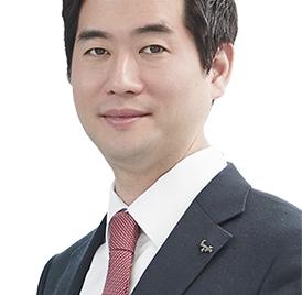 [He is]윤석금 '그룹 재건의 꿈' 그림자 수행···차남 윤새봄 웅진 전무